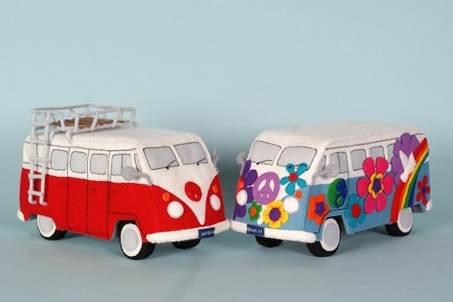 Patroonblad Back to the sixties: Flower Power bus en rood-wit vw bus.